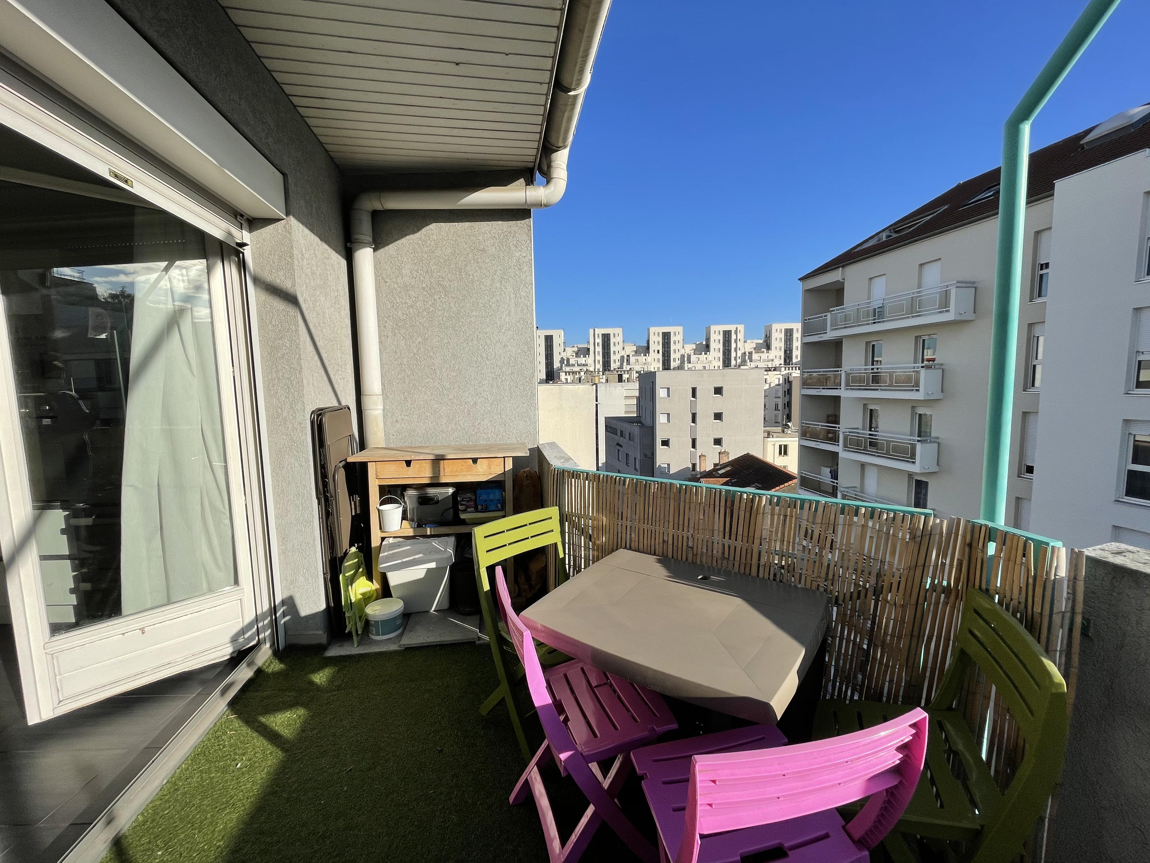 Gratte Ciel au dernier étage avec balcon et garage